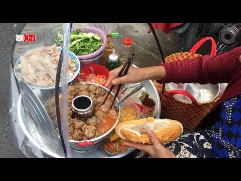 Gánh bánh mì đường phố ở Sài Gòn của chị Quảng Ngãi