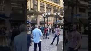 """Equipe da Globo é escrachada aos gritos de """"Lula livre"""" em Curitiba"""