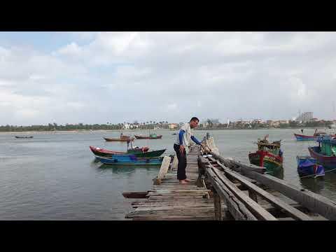 베트남 동허이 바닷가에서 요가수련