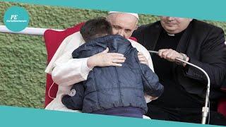Il Papa a Corviale gira in auto il serpentone, appello per il piccolo Alfie