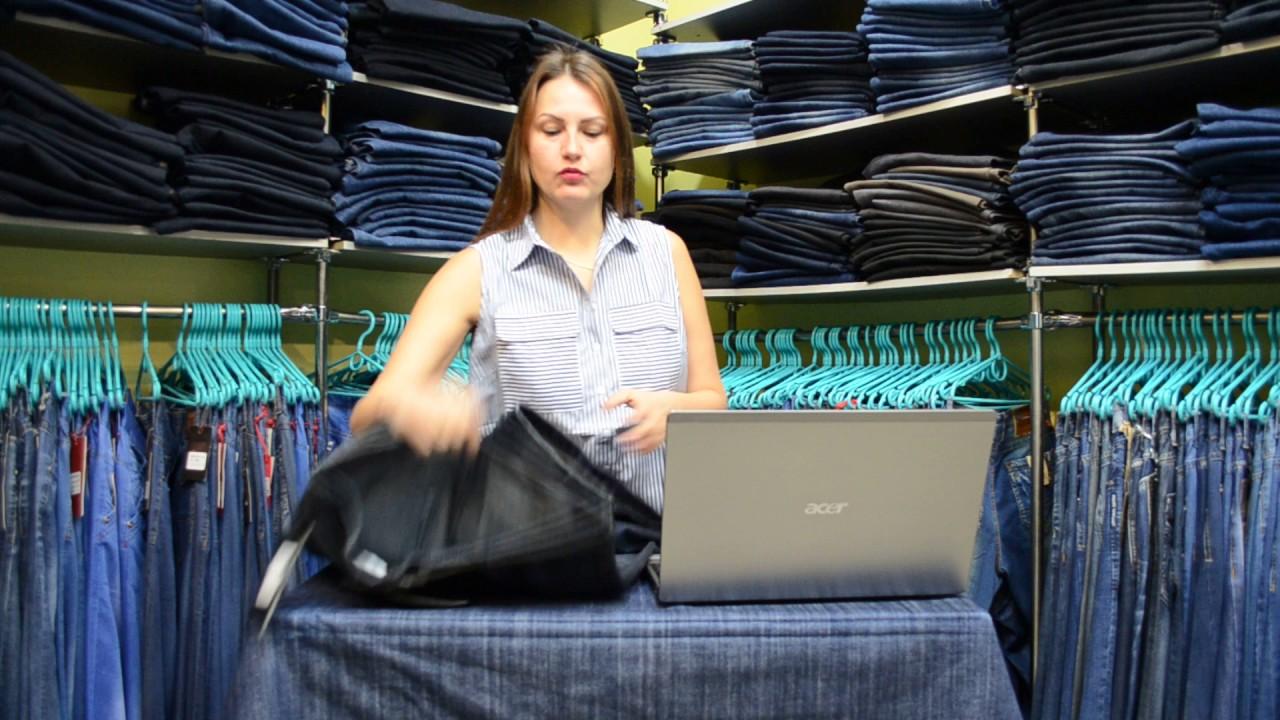 Рваные джинсы уже давно не являются атрибутом только стиля «кэжуал», они могут входить в комплект даже офисного работника в украине. Единственное место, куда пока не пробрались рваные джинсы, это вечерние женские наряды. А вот в стиль деловых дам рваные джинсы давно вписались.