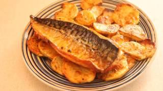Скумбрия с чесноком, паприкой и запеченный картофель