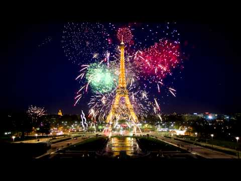 Eiffel Tower during the New Year in 4K Live Wallpaper