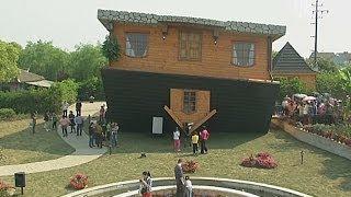 Перевёрнутый дом построили в Шанхае (новости)(http://www.ntdtv.ru Перевёрнутый дом построили в Шанхае. В Китае построили дом наоборот. Теперь любой желающий за..., 2014-05-02T09:07:24.000Z)
