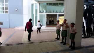 聖母無玷聖心學校家長日學生在門外歡迎 (2013/02/02