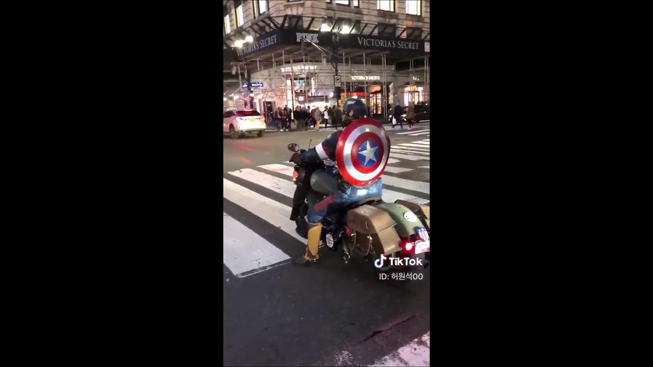 どっちがカッコいい?バイクに乗ったキャプテン・アメリカと荷台を素早く走らせるヒーロー