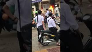 Đóng tiền phạt mà không trả giấy tờ, đốt xe luôn!