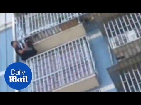 Un 'Spiderman chino' escala cinco pisos para salvar a vida dun neno de dous anos