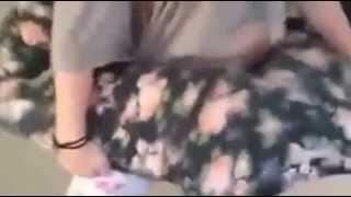 Deux jeunes filles sexy bougent leurs fesses