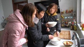 一家人劳动半年的成果,婆婆做成传统小食,让儿子儿媳吃得劲