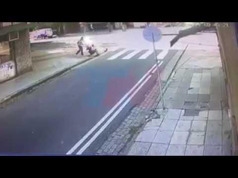 Atropellan a una mujer que cruzaba la calle con su bebé
