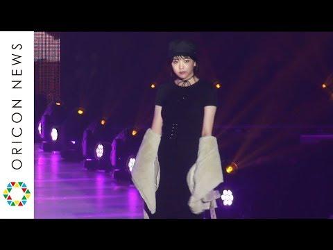 松井愛莉、ブラックドレスで大人の色気【関コレ2017AW】