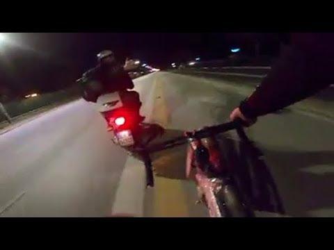 Il VIDEO del ciclista che si vendica dopo un sorpasso azzardato sta facendo impazzire il web