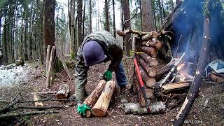 Solo bushcraft, 2 log sawhorse, wooden throne parts, cooking in camp. Without talking