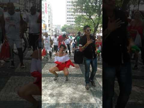 MAYA SHOW E LOS MUCHACHOS NA PRACA :DANCANDO LA BAMBA