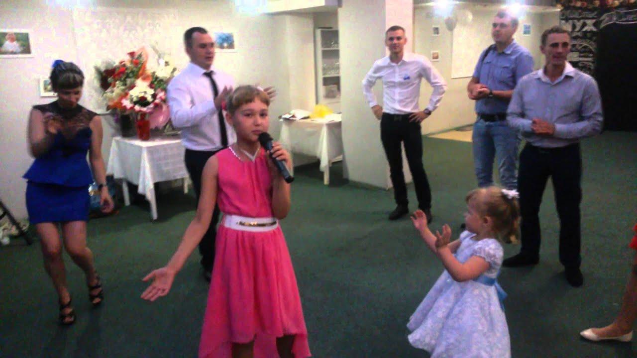 Девочка поет песню на свадьбу
