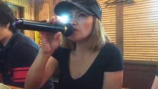 名古屋市 南区 道徳通一丁目の鉄板焼まるこ で働いている女性が歌ってい...