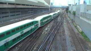 ユニオン駅の西側の跨線橋で撮影。郊外とを結ぶ2階建ての「GOトレイ...
