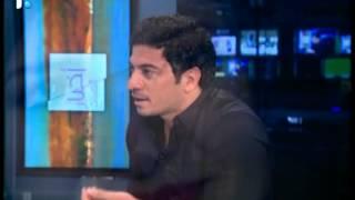 بالفيديو.. مذيعة لبنانية تبكي على الهواء بسبب ماقاله هذا الشاعر امامها