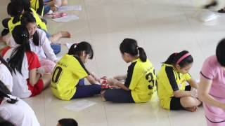 Học sinh Ban Mai trải nghiệm cùng lau giày cho bạn thể hiện sự khiêm tốn