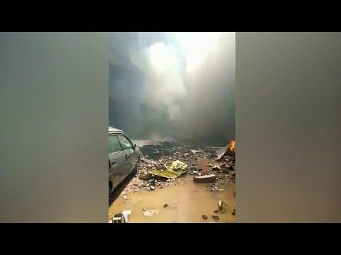 В Пакистане разбирают обломки пассажирского авиалайнера, рухнувшего в Карачи.