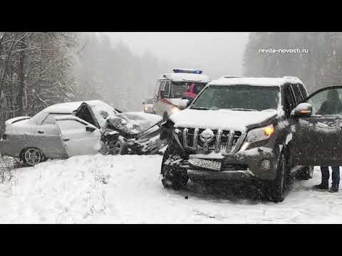 Виноват снегопад. Под Ревдой рейсовый автобус вылетел в кювет, две машины врезались влобовую