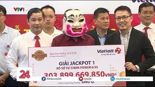 Vietlott trao giải thưởng cho người trúng 300 tỷ đồng  - Tin Tức VTV24