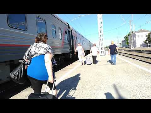 ЭП1М-443 со скорым поездом №49 Кисловодск Санкт-Петербург прибывает на станцию Невинномысск