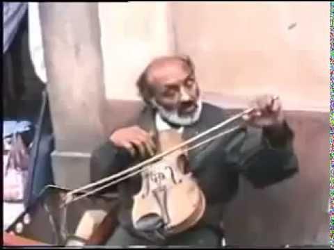 عازف كمان يبكي ( موسيقار مشرد)
