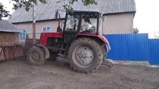 трактор и девушка. Девушка на тракторе видео