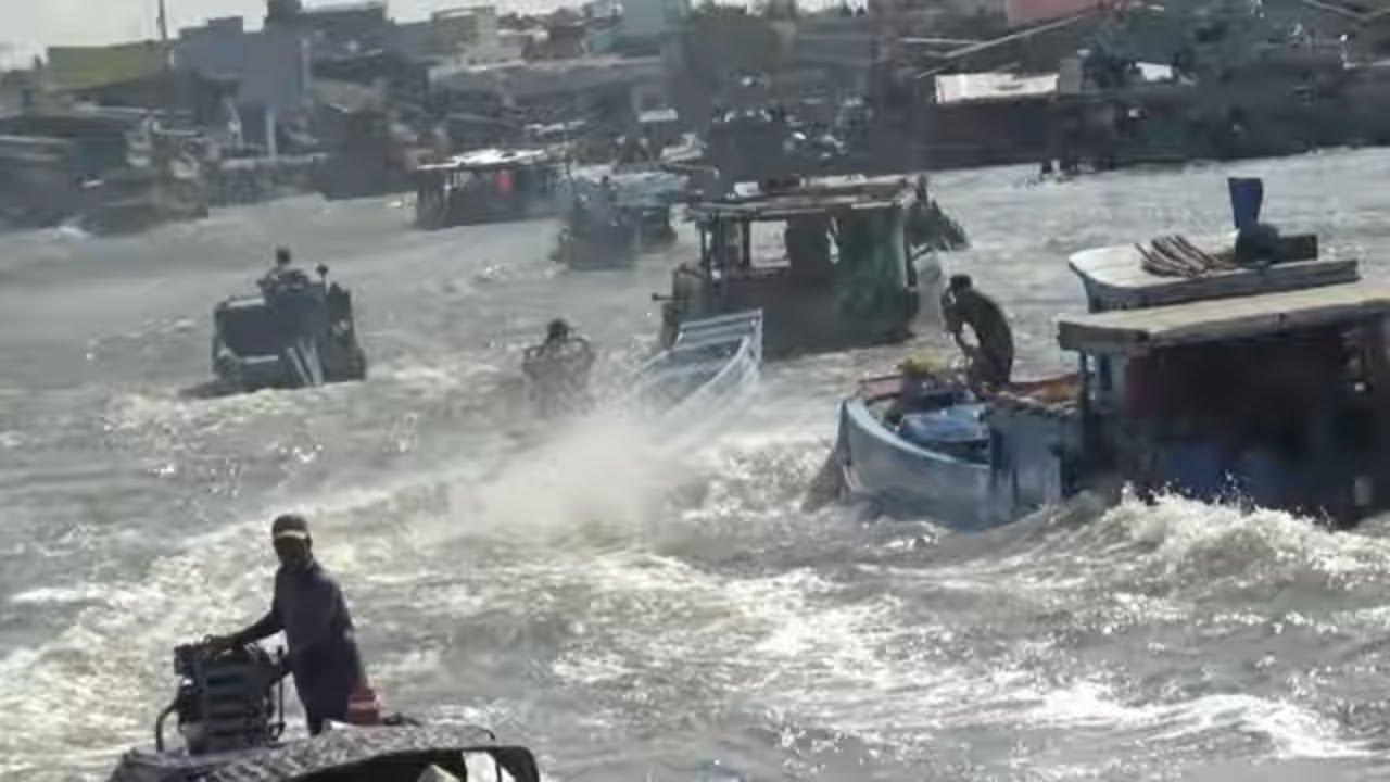 Cảnh Hàng ngàn phương tiện tàu thuyền chạy hổn loạn cả khúc sông/boat