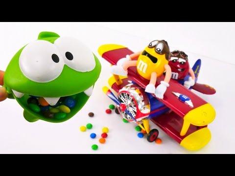 Oyuncak havalimanı seti - bebek oyunları. Çizgi film oyuncakları - Om Nom M&M şekerleri yiyor.