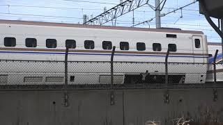 令和2年も復旧作業が続く長野新幹線車両センター隣を、高速で通過した新幹線検測車E926形S51編成。(East-i)