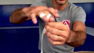 Braulio Estima ,Uma forma eficiente the manter o esparadrapo nos dedos durante interinos todo ;))