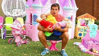 София играет с Куклами Пупсиками в Домике  для детей