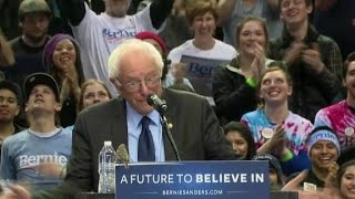 Bird lands on Sanders' podium during Portland rally