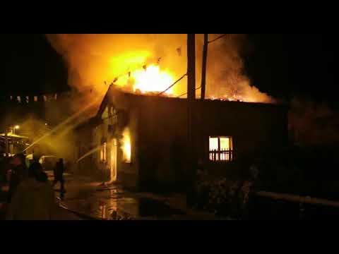 Fuego en Morgovejo, los vecinos intentan contener las llamas en el pueblo, los bomberos no pueden llegar.