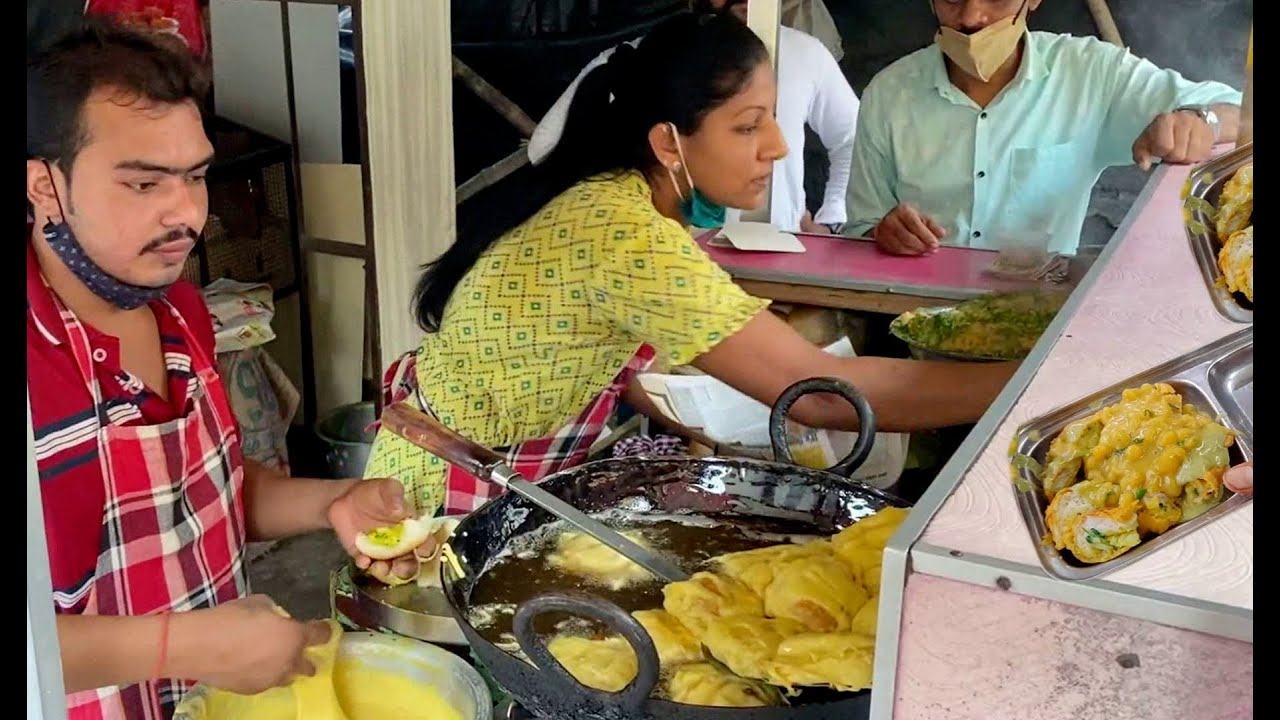 She is Been Selling Vada Pav in Mumbai Since Last 28 Yrs | Only 20 Rs Plate | Indian Street Food