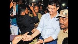 Fans welcome Sourav Ganguly in Kolkata after his selection as BCCI President | OneIndia News