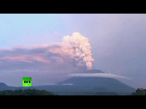 Ongoing Eruption: Bali Volcano sends fire & ashes into sky forcing 1000s to flee