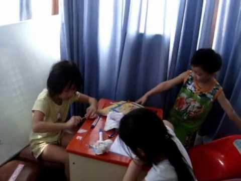 Giáo viên tiếng Anh Khánh Linh dạy học trò Xuân Nghi và Quốc Thắng.