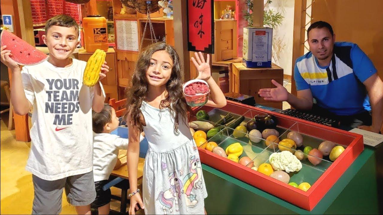 Heidi & Zidane स्वस्थ खाद्य खिलौनों के लिए किराने की खरीदारी पर जाने के लिए