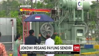 Saat Presiden Jokowi Pegang Payung Sendiri