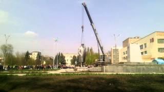 Демонтаж Ленина в городе Токмак.(12 апреля 2016 года был демонтирован памятник Ленина в городе Токмак Запорожской области., 2016-04-12T12:40:40.000Z)