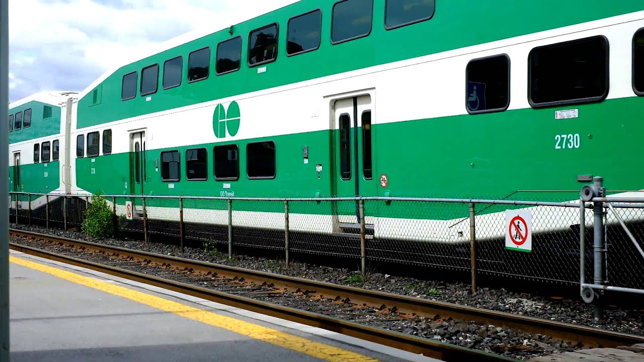 Westbound GO Train pulling into Port Credit GO Station. - YouTube