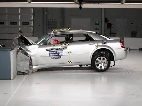 2005 Chrysler 300 moderate overlap test