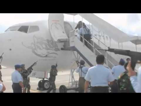 Amateur video shows Bali police boarding Virgin Australia plane during hijack scare