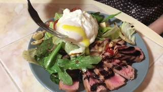 Салат с жаренным тунцом и яйцом пашот