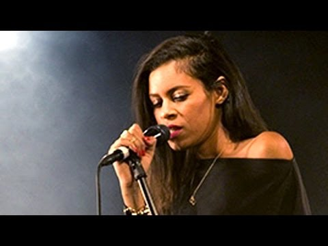 AlunaGeorge Perform