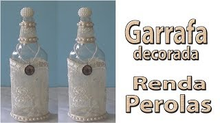 Garrafa decorada com renda e pérolas